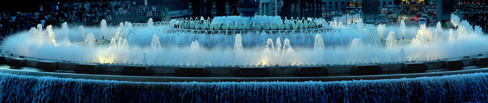 Fontaine de panorama à Barcelone images stock