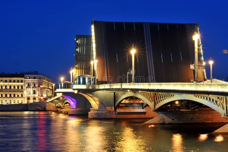 Vue de nuit de passerelle de Blagoveshchensky photos libres de droits