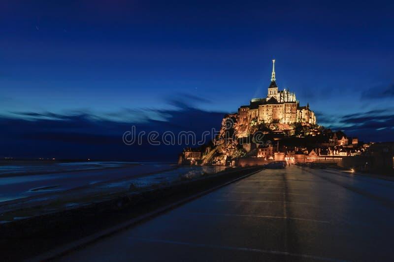 Vue de nuit de point de repère de monastère et de baie de Saint Michel de Mont. La Normandie, France image stock