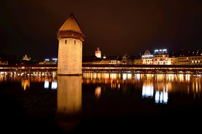 Vue de nuit de pont de chapelle en luzerne photos stock