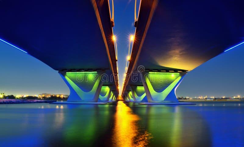 Vue de nuit de pont de Garhoud à Dubaï photo libre de droits