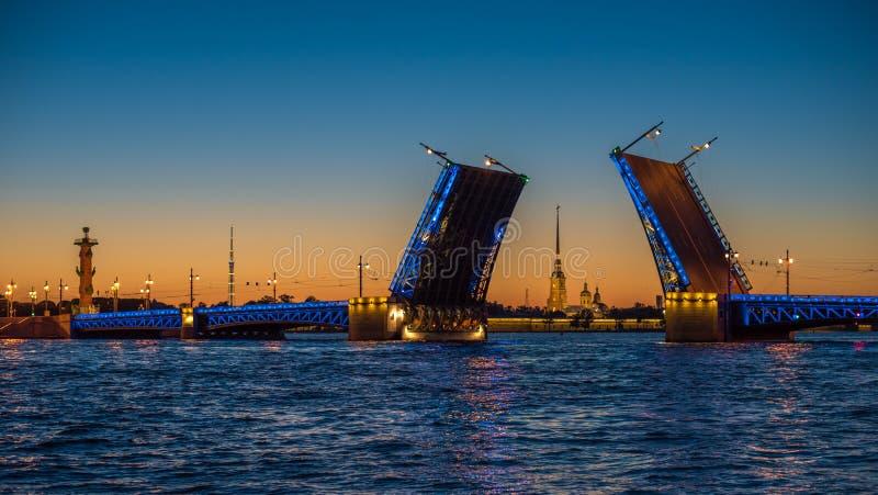 Vue de nuit de pont de palais, St Petersbourg, Russie photos stock