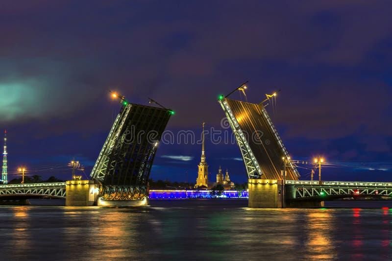Vue de nuit de pont de palais, St Petersbourg, Russie image stock
