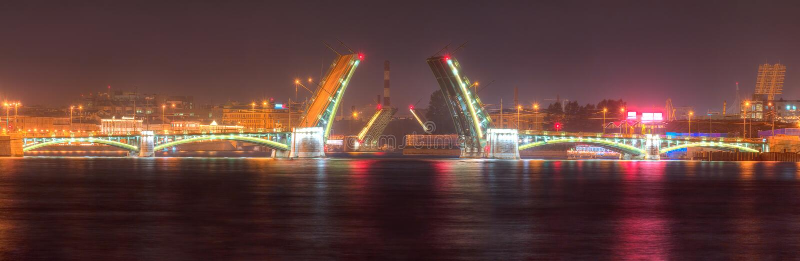 Vue de nuit de pont ouvert de Birzhevoy et de pont de Tuchkov photos stock