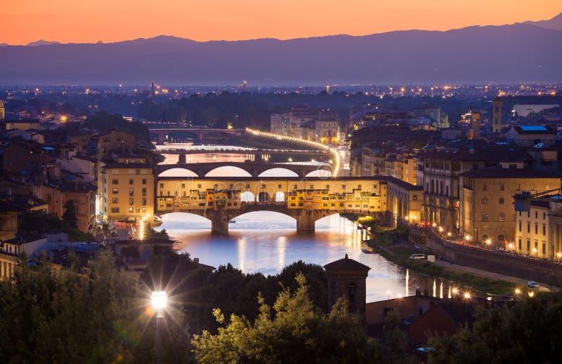 Vue de nuit de Ponte Vecchio au-dessus de rivière de l'Arno à Florence photos libres de droits