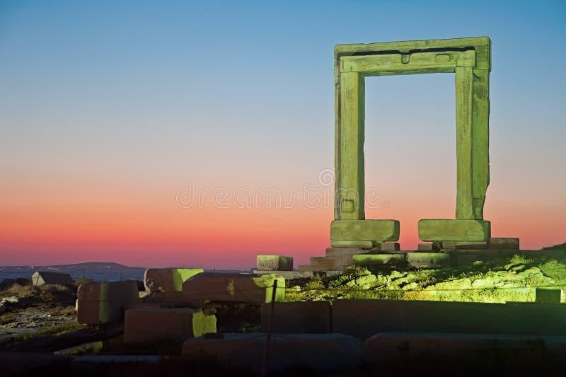 Vue de nuit de porte de Portara photographie stock