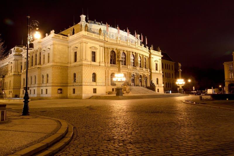 Vue de nuit de Rudolfinum, Prague, République Tchèque images stock