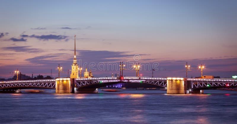 Vue de nuit de St Petersburg, pont de palais photos libres de droits