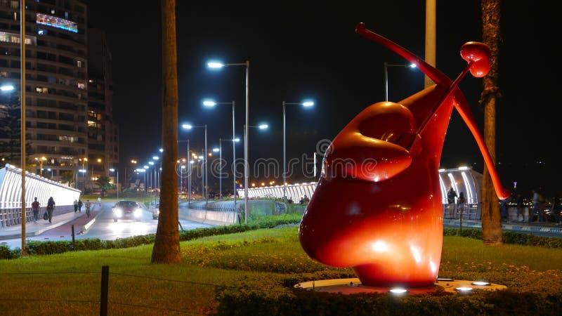 Vue de nuit de statue de cupidon dans le secteur de Miraflores, Lima photos stock