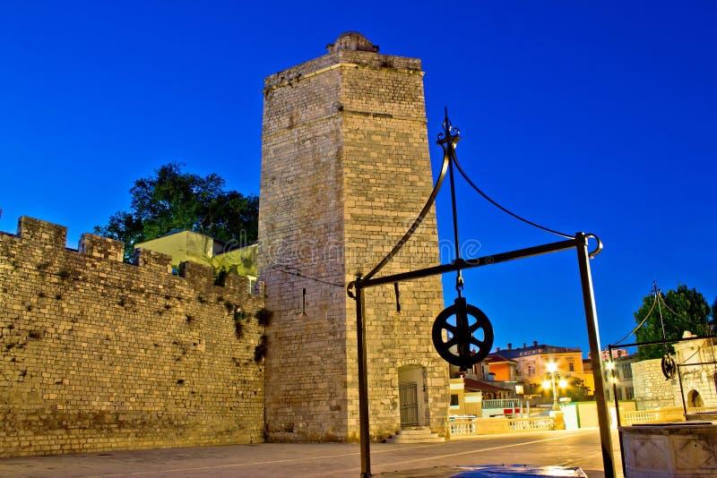 Vue de nuit de tour de pierre de Zadar photographie stock