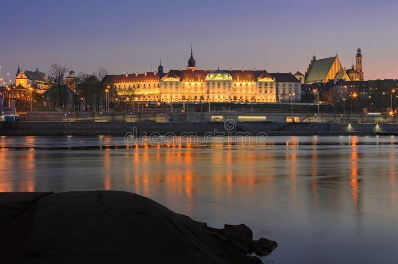 Vue de nuit de vieille ville, de château royal et de fleuve Vistule à Varsovie, Pologne images stock