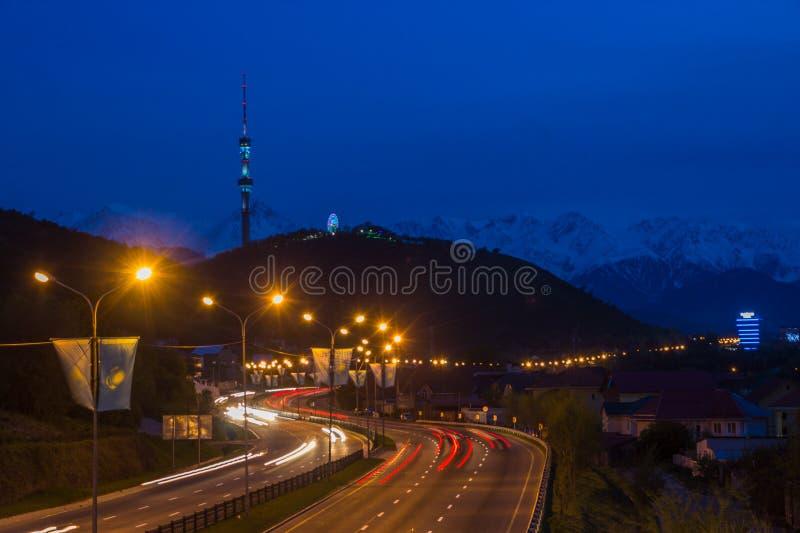 Vue de nuit de ville d'Almaty, colline de Kok Tobe Traînées de lumières la nuit dessus photos libres de droits