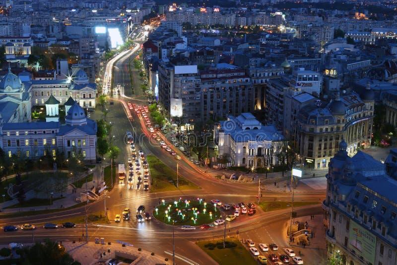 Vue de nuit de ville de Bucarest sur la place d'université photographie stock