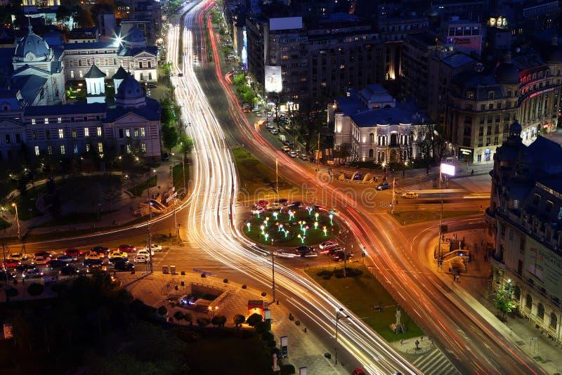 Vue de nuit de ville de Bucarest sur la place d'université images stock