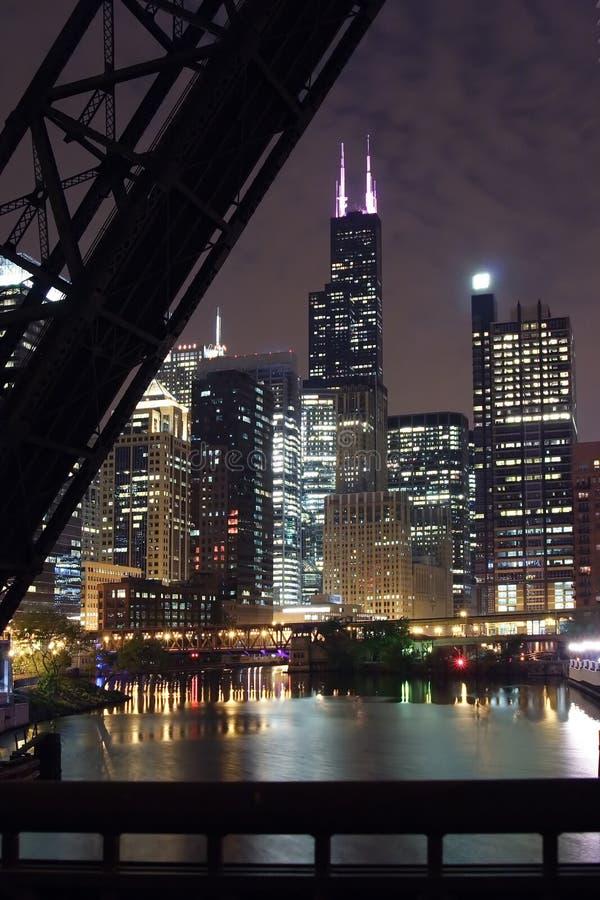 Vue de nuit de ville de Chicago - d'une passerelle au-dessus du fleuve de Chicago images libres de droits