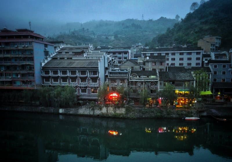Vue de nuit de Zhenyuan, ville antique de porcelaine photos libres de droits