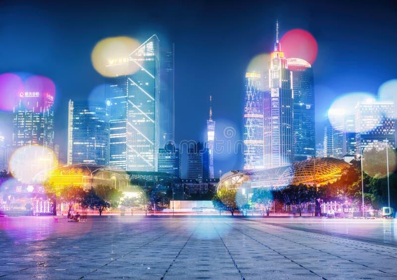 Vue de nuit des bâtiments modernes dans Guangzhou images stock