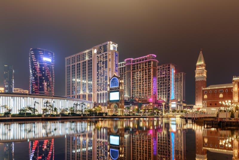 Vue de nuit des bâtiments modernes reflétés dans l'eau, Cotai, Macao photos stock
