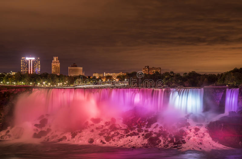 Vue de nuit des chutes du Niagara avec l'exposition de long temps image stock
