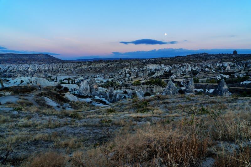 Vue de nuit des formations de maisons et de roche de caverne Goreme Cappadocia La Turquie photographie stock libre de droits