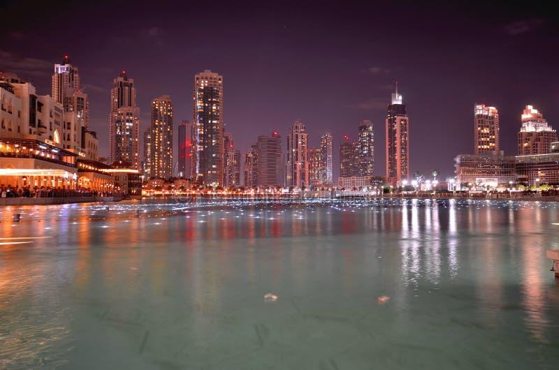 Vue de nuit des gratte-ciel à Dubaï image stock