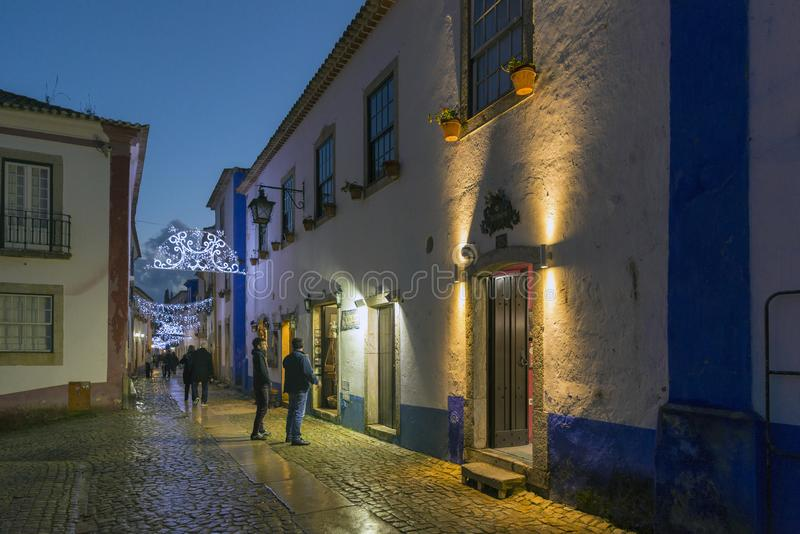 Vue de nuit des petites rues du village d'Obidos, Portugal image libre de droits