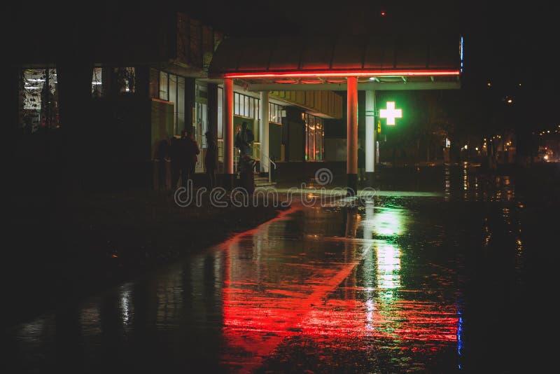 Vue de nuit du bâtiment de magasin avec l'illumination au néon rouge et verte photos libres de droits