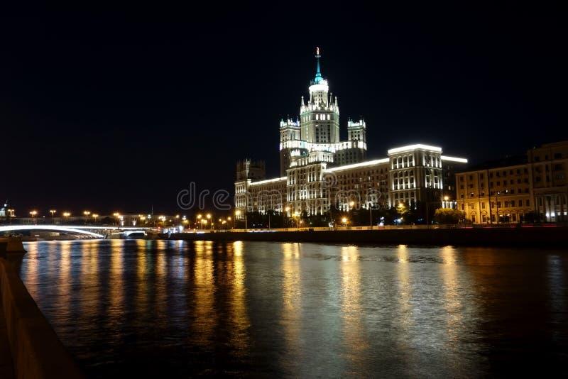 Vue de nuit du bâtiment de remblai de Kotelnicheskaya de gratte-ciel image stock