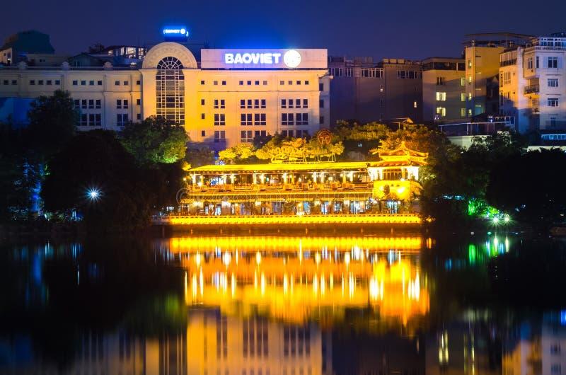 Vue de nuit du côté de lac dans le lac Hoan Kiem Lac de ` de signification de lac Hoan Kiem du ` retourné d'épée photo stock