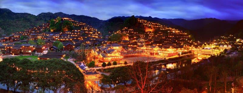 Vue de nuit du grand village ethnique dans le sud-ouest Chine. image stock