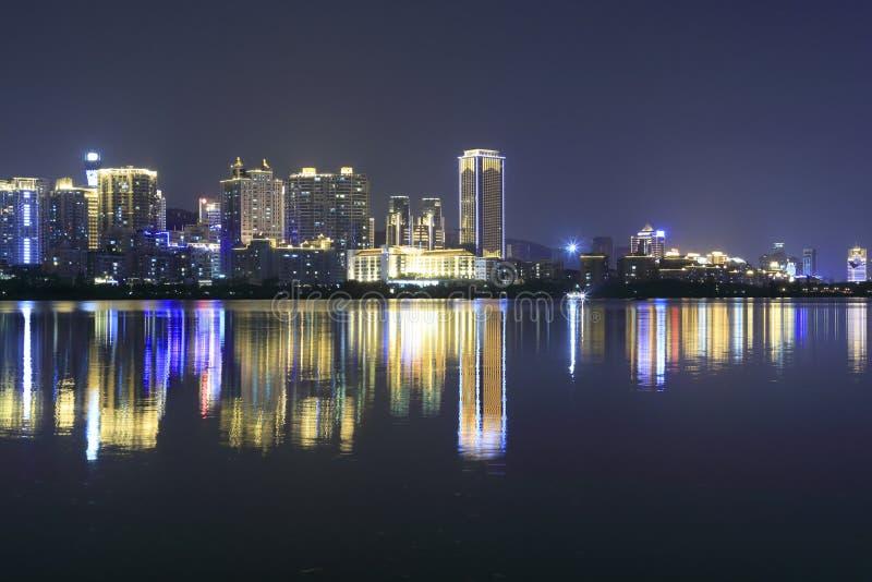 Vue de nuit du haut bâtiment par le lac de yuandang photos stock