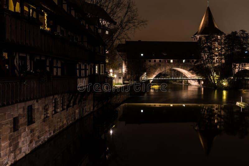 Vue de nuit du Kettensteg à Nuremberg photographie stock