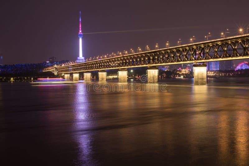 Vue de nuit du pont du fleuve Yangtze à Wuhan, Hubei, Chine, tour de Guishan TV, le fleuve Yangtze image stock