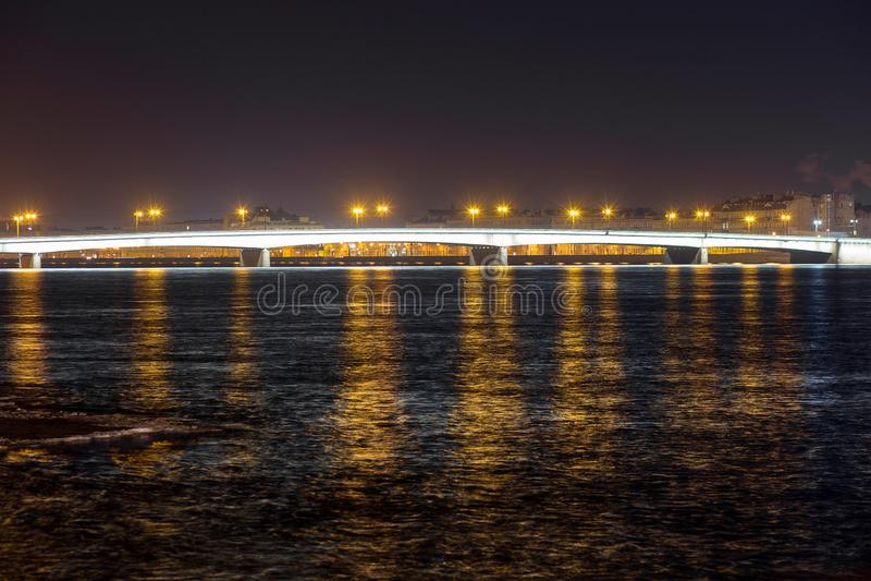 Vue de nuit du pont de Liteyny avec des lampes par Neva River à St Petersburg, Russie photo stock