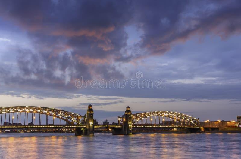 Vue de nuit du pont Peter de Bolsheokhtinsky le grand pont ? St Petersburg, Russie photographie stock libre de droits
