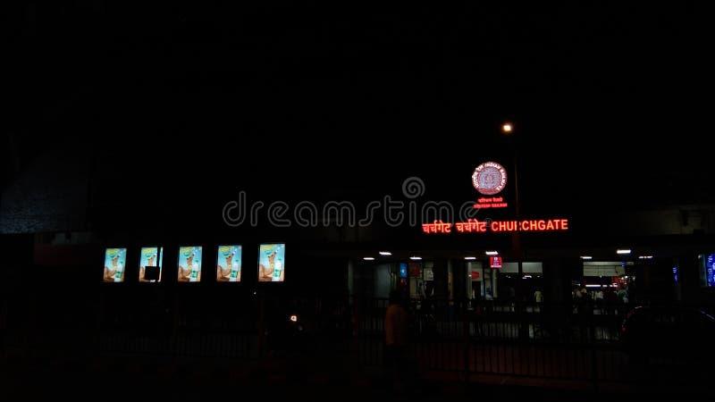 Vue de nuit du poste local Mumbai de churchgate image stock