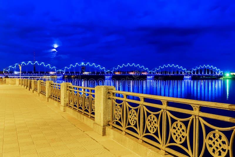 Vue de nuit du remblai à Riga photos stock