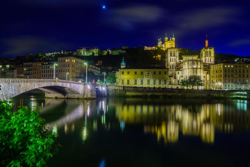 Vue de nuit du Saone, du Saint-Jean, et de la Notre-Dame, à Lyon images libres de droits