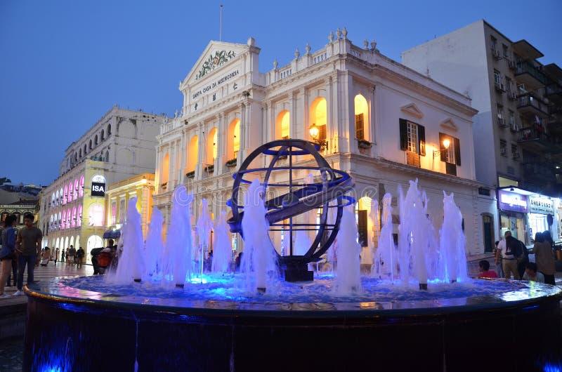 Vue de nuit de fontaine à la place de Senado images libres de droits