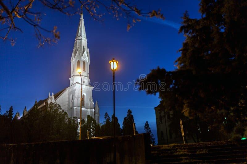 Vue de nuit de l'église dans Zrenjanin, Serbie photo stock