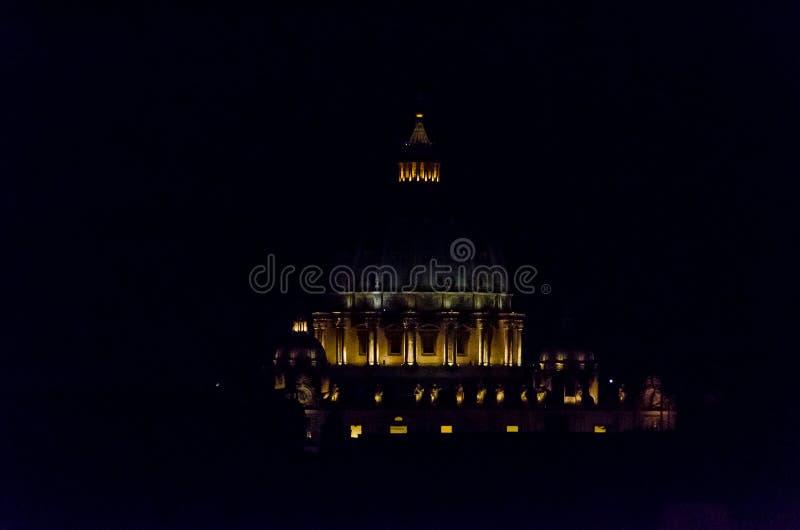 Vue de nuit de la basilique de San Pedro à Rome l'Italie image stock