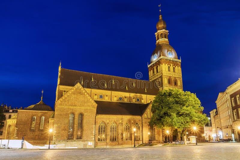 Vue de nuit de la cathédrale de dôme à Riga, Lettonie image libre de droits
