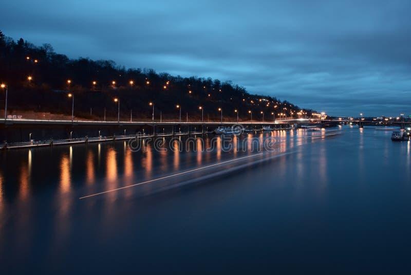 Vue de nuit de la rivière à Prague images libres de droits