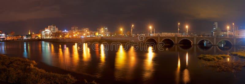 Vue de nuit de la rivière de Miass et de la rue de Kirov photographie stock