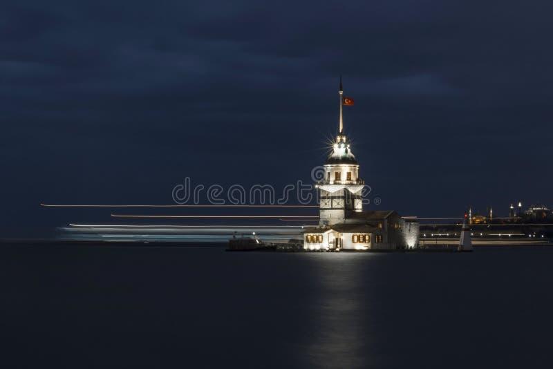 Vue de nuit de la tour Istanbul de la jeune fille images stock