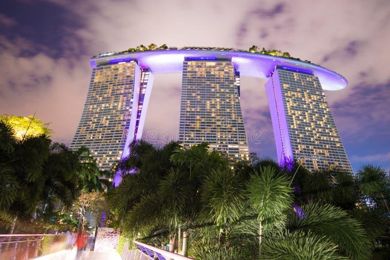 Vue de nuit de Marina Bay Sands Resort Hotel photographie stock libre de droits