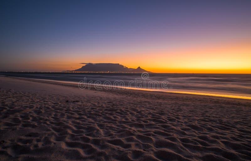 Vue de nuit de montagne de Tableau et de Cape Town, Afrique du Sud photographie stock