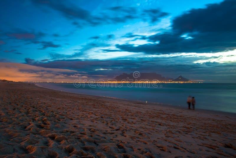 Vue de nuit de montagne de Tableau et de Cape Town, Afrique du Sud photos libres de droits