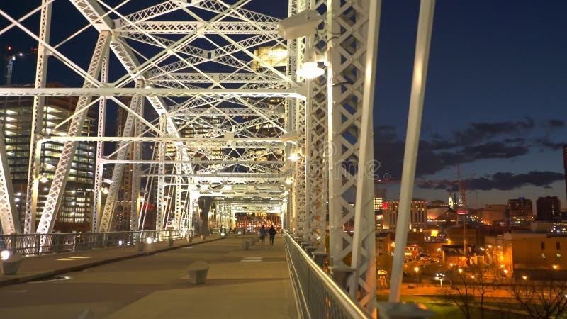 Vue de nuit de Nashville et du pont shelby en St au Tennessee image libre de droits