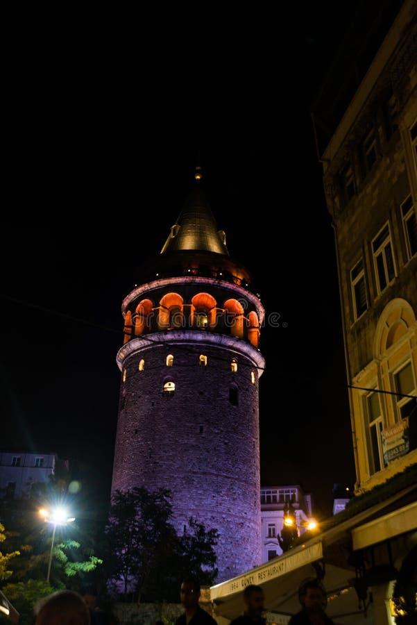 Vue de nuit Paysage urbain avec la tour de Galata au-dessus du klaxon d'or à Istanbul, Turquie photo libre de droits